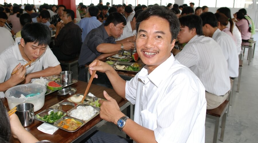 People-eating-lunch-smiling  | Eigen Fabrieken in Vietnam:
